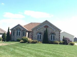 Lakeshore Home with In-law Suite & Lg Workshop 5 Min from 401