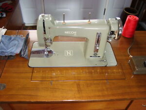 EXCELLENT VINTAGE ITALIAN MADE NECCHI SEWING MACHINE