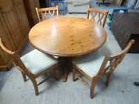 gorgeous ducal pine solid pine round pedestal table with 4 beautiful ducal pine chairs. immaculate