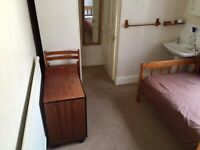 En suite room Round green - near Luton Airport.