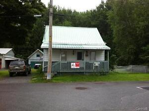 Prix en BAS de l'évaluation mun.  3 cac garage Pour investisseur Saint-Hyacinthe Québec image 1