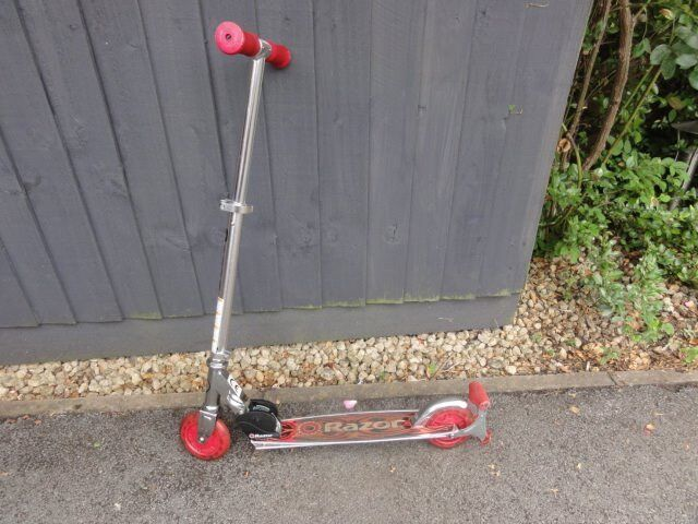 Razor Spark Kick Scooter Excellent Cond Light Up Wheels And Spark