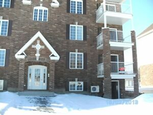 Vaudreuil Condo 41/2 minor traffic dead end,Train,403020 2 park
