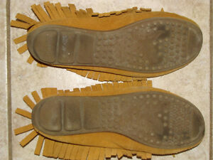 LADIES AMERICAN EAGLE MOCASSINS, SIZE 7 London Ontario image 3