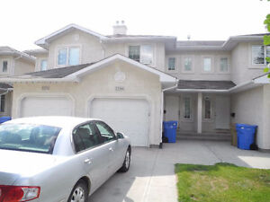 3 Bed & 2.5 Bath/Attached Garage Townhouse Condo