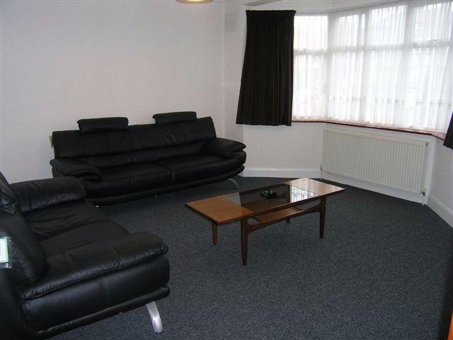 3 Bed Flat in Hanford Close, Southfields, London, SW18!!Short walk to Southfields tube