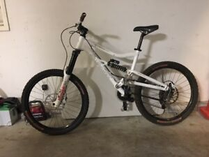 Large 2009 Santa Cruz Bullit
