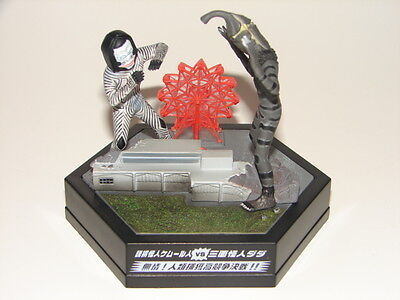 Dada Vs Kemur Seijin Figure Diorama From Ultraman Set  Godzilla Gamera Z Ton