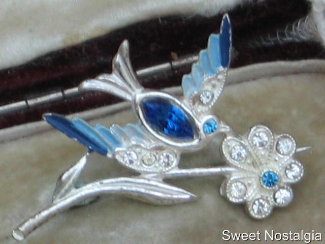 PRETTY VINTAGE EDWARDIAN DIAMANTE/COLD PAINTED ENAMEL BLUEBIRD & FLOWER BROOCH