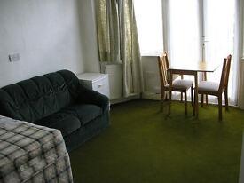 HUGE Dbl Bedsit, Own Kitchenette, 4 mins Tube Kingsbury NW9, in Superb Residential Area