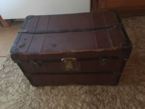 Joli coffre brun en bon état pour rangement ou décoration