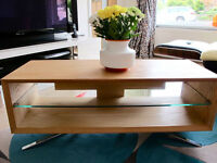BARGAIN STUNNING OAK AND GLASS TV TABLE COST £300 ALMOST NEW