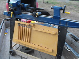 Lathe with chisels