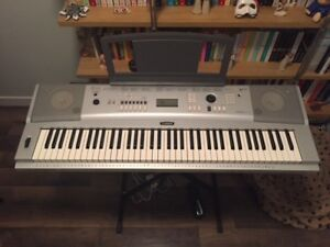 MINT CONDITION YAMAHA DGX-220 KEYBOARD WITH STAND