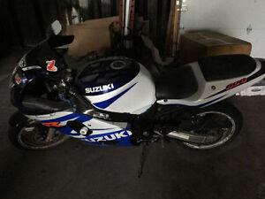 2002 Suzuki GSX-R 600 blue/white + gear