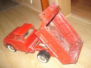 tres beau camion antique en metal des annee 1960