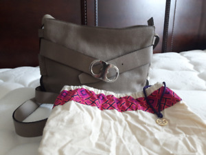 Beautiful Tory Burch bag in a gorgeous light taupe.