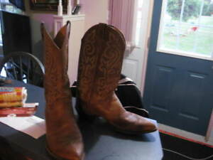Justin 2252 Men's Classic Western Boot with Bay Apache Cowhide