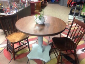 Pedestal Table/2 Chairs