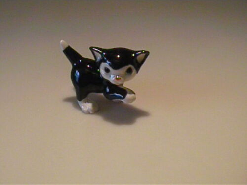 MINIATURE HAGEN RENAKER BLACK & WHITE KITTEN   >^,,^<