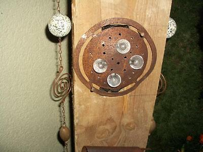Rostiger Metall -Knopf Ø 15 cm wird als Lichtschirm verwendet.