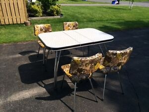 Retro Kitchen Table Set with 4 Chairs
