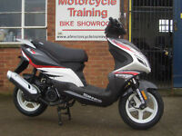 SINNIS Harrier 125. Scooter. 125 learner legal. Sporty Looking. Budget Scooter