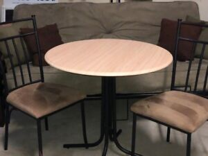 Round Table w/ Chairs