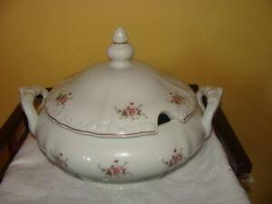 Magnifique soupière, en porcelaine blanche, signéRegent