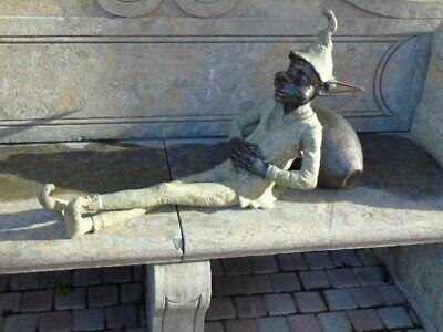 statue d un lutin ou troll en bronze appuyez sur une cruche , superbe !