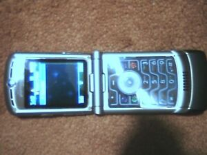 Motorola Razr v3 locked to fido in Silvery color with charger