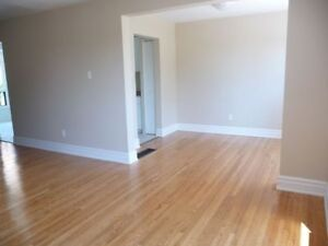 RENOVATED 3+1 Bedroom Townhouse - Gosford Blvd - Gift Card Promo