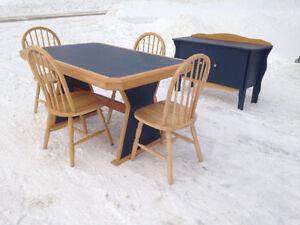 Deux Mobilier cuisine et un petit meuble.