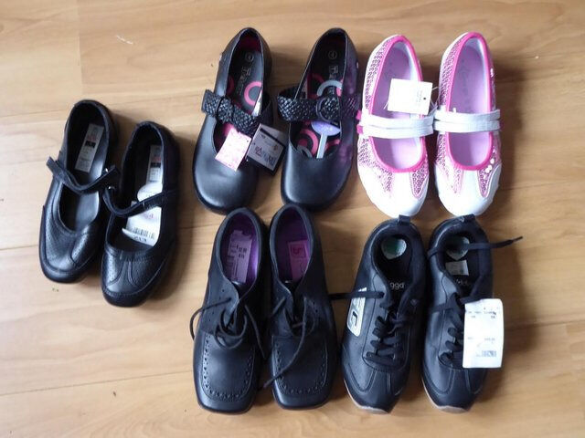New childrens shoes unworn size 4 or 4.56 a pair or22 the lotin Wirral, MerseysideGumtree - New childrens shoes some with tags. Sizes 4 to 4.5. Put away and forgotten about, never worn. Will sell as a job lot for £22. Cash on collection. will post