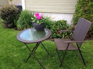 table patio et 2 chaises style rotin