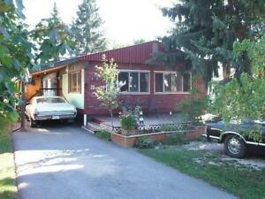 Well Kept Spacious Mobile Home in Creston!