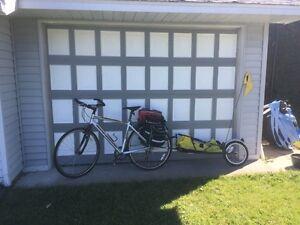 Vélo hybride Rocky Mountain et remorque Bob Yak
