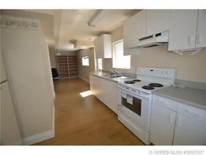 1bdrm+den, bright,close to college, available immediately.