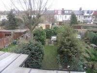 2 beds property in Apostles area within a short walking distance of Raynes Park Station..