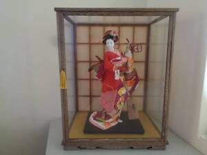 JAPANESE GEISHA DOLL IN GLASS / WOOD DISPLAY CASE CABINET 1980's Como South Perth Area Preview