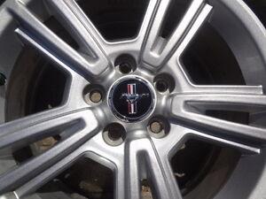 Set de Mags Mustang 17'' 5 X114.3- 225 60R17 comme neuf CRV