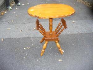 TABLE BASSE VINTAGE, BOIS FRANC,  MODÈLE PORTE-JOURNAUX.
