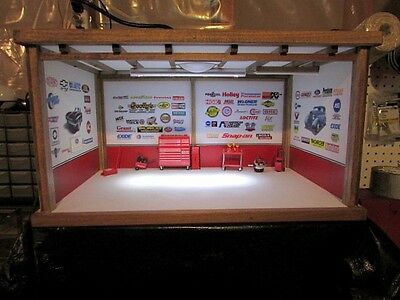 1:18 Scale DCMG-12 Diorama With 10 pc Snap-on tools set