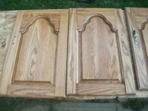 4 portes armoires de cuisine + 3 petites , en chene bois franc