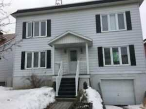 5 1/2 Longueuil grand sous-sol et garage et services inclus