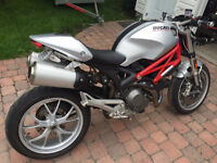 Monster 2009 1100cc gris/rouge. BAS KM.