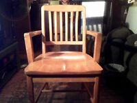Une ancienne chaise de Maitre d'ecole.en bois annee 50(Canada)