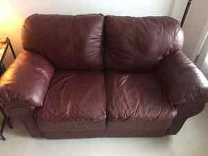 Real leather! burgundy loveseat - Vrai cuir! causeuse bourgogne