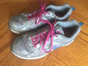 NIKE RUNNERS-Silver and Pink