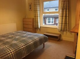 Double room in lovely terrace house short walk from station